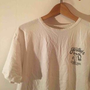 Vit t-shirt från Edwin med tryck på fram och baksida. Den e ganska urtvättad så trycket e inte lika svart som det brukade vara. Står XL men passar mer som L. Skick 2,5/5