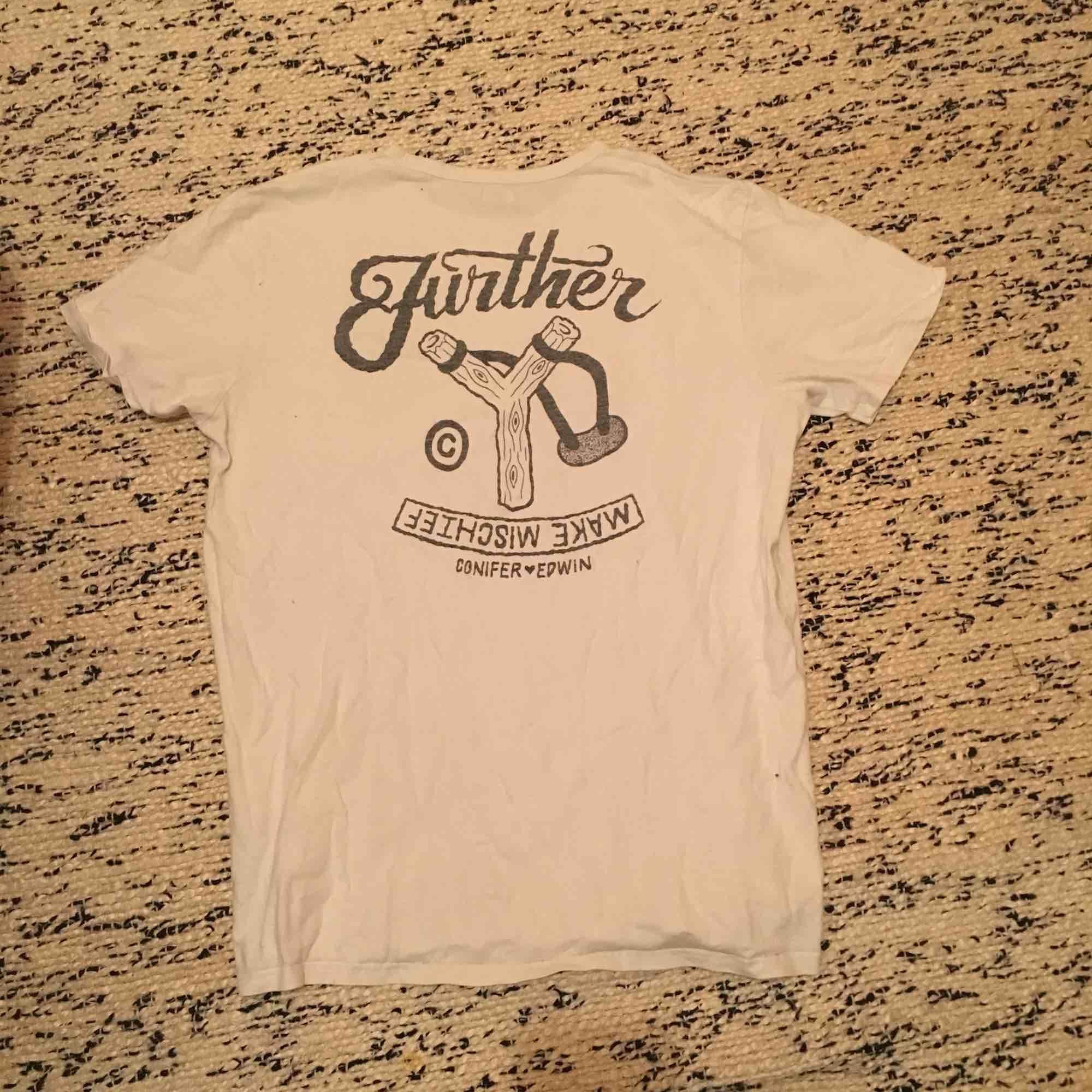 Vit t-shirt från Edwin med tryck på fram och baksida. Den e ganska urtvättad så trycket e inte lika svart som det brukade vara. Står XL men passar mer som L. Skick 2,5/5. T-shirts.