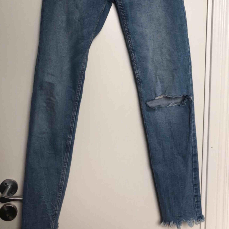 Blåa slitna jeans. Jeans & Byxor.