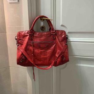 Säljer nu min röda balenciaga väska i modellen Classic City M inkl kvitto. Köpt på Farfetch för 1699£. Säljs pga ingen användning längre.  Budgivning från 6000kr, kommer ej gå under. Använd, men inga märkvärdiga slitage.