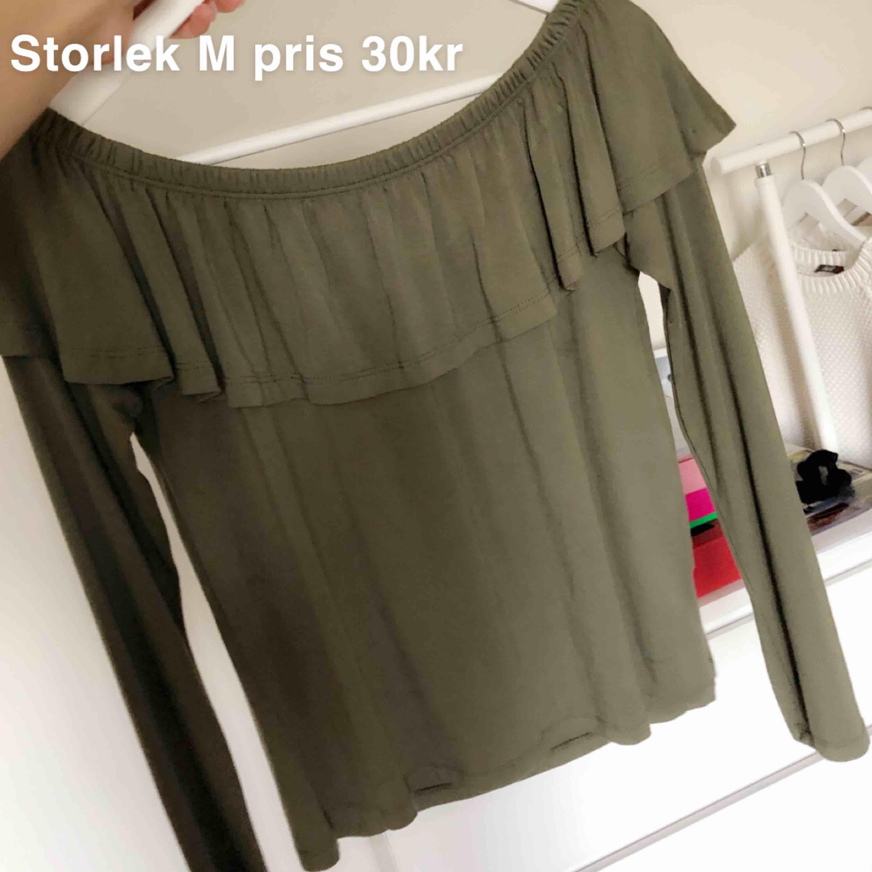 Grön off shoulder tröja i mjukt material, storlek M, 30kr. Toppar.