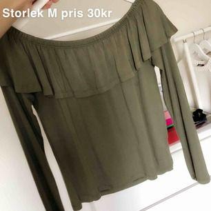 Grön off shoulder tröja i mjukt material, storlek M, 30kr