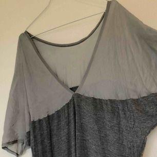 """Grå klänning från MALENE BIRGER  """"Båtringning"""" framtill och V i ryggen  Undre tyget är liksom i mjuk töjbart tyg, superskön att bära!"""