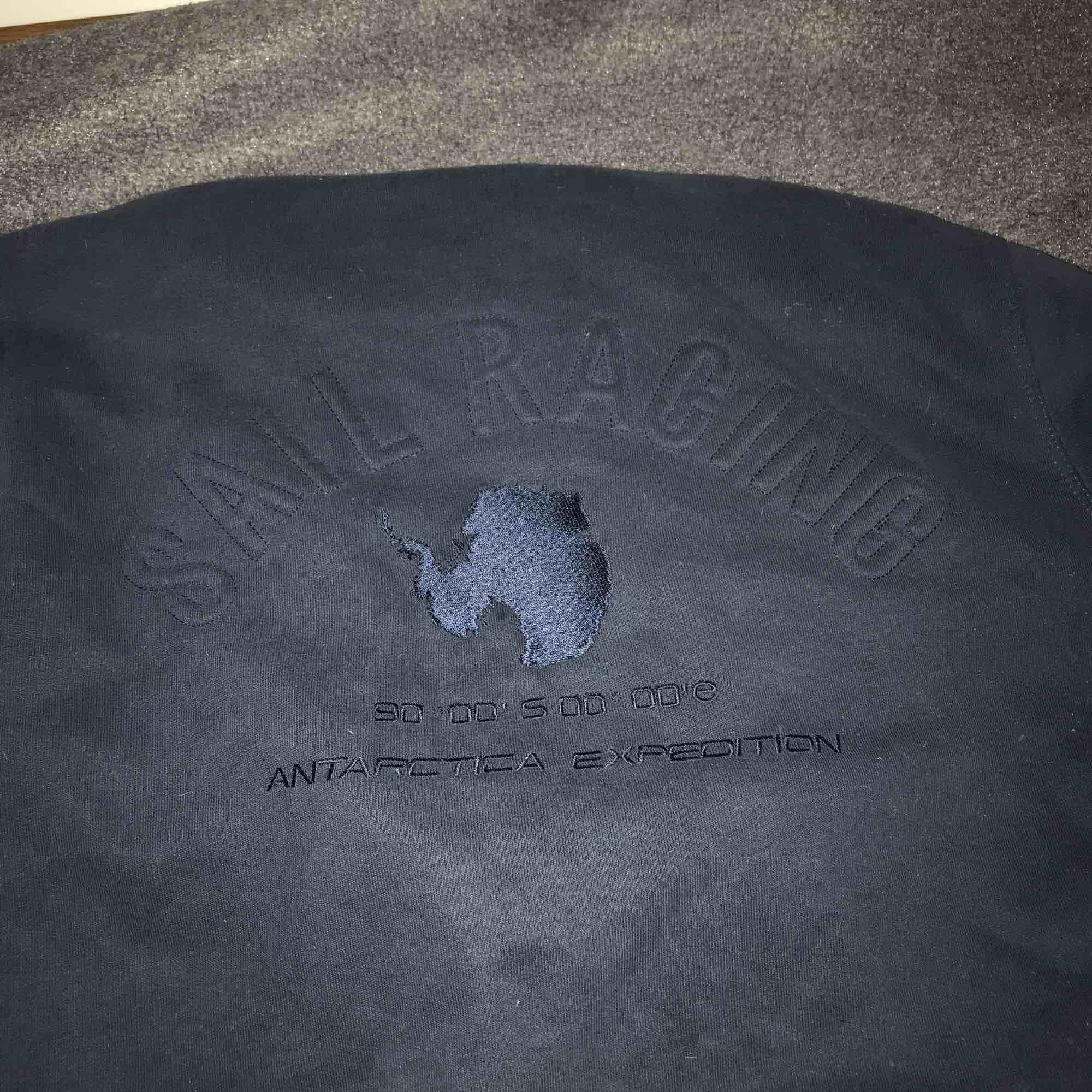 Mörkblå hoodie från Sail Racing i bra skick. Huvtröjor & Träningströjor.