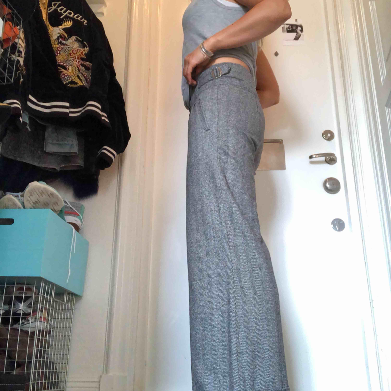 sköna byxor från TIGER OF SWEDEN style SASHA  fiskbens mönstrade o vitt och brun/svart-ish slag nertill Delvis ull, så sköna på höst/vinter. Jeans & Byxor.
