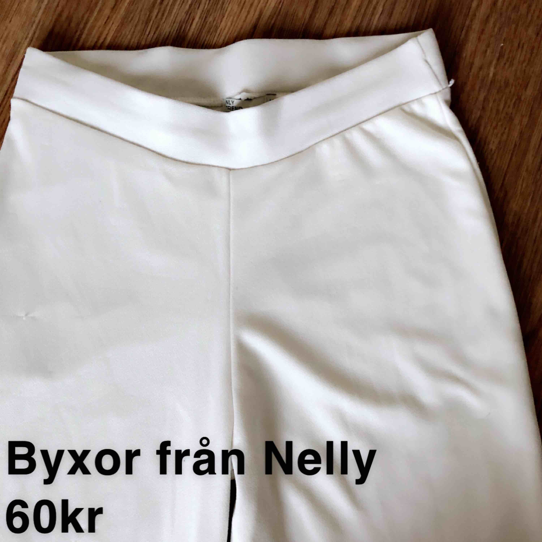 Ish kostymbyxor fast i mjukare material från Nelly, storlek M, 60kr. Jeans & Byxor.