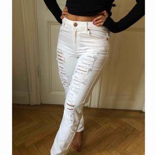 Slitna jeans från 2nd One. Använda endast en gång. Rak passform. Storlek 26 (USA) och 36 i Europeisk storlek.