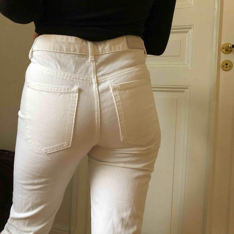 Slitna jeans från 2nd One. Använda endast en gång. Rak passform. Storlek 26 (USA) och 36 i Europeisk storlek.. Jeans & Byxor.