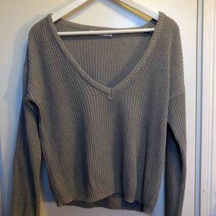 Stickad grå tröja med V-ringning