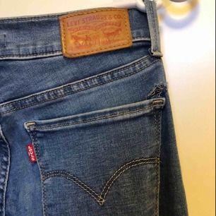 Litet hål ovanför fickan som ni ser på bilden annars jättefint skick. Modell 710