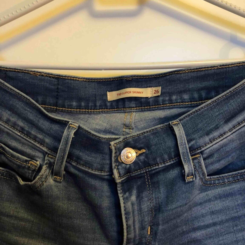 Litet hål ovanför fickan som ni ser på bilden annars jättefint skick. Modell 710. Jeans & Byxor.
