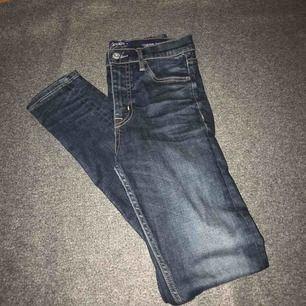Mörkblåa Crocker jeans, köpta på plick dok för stora annars jätte fina!