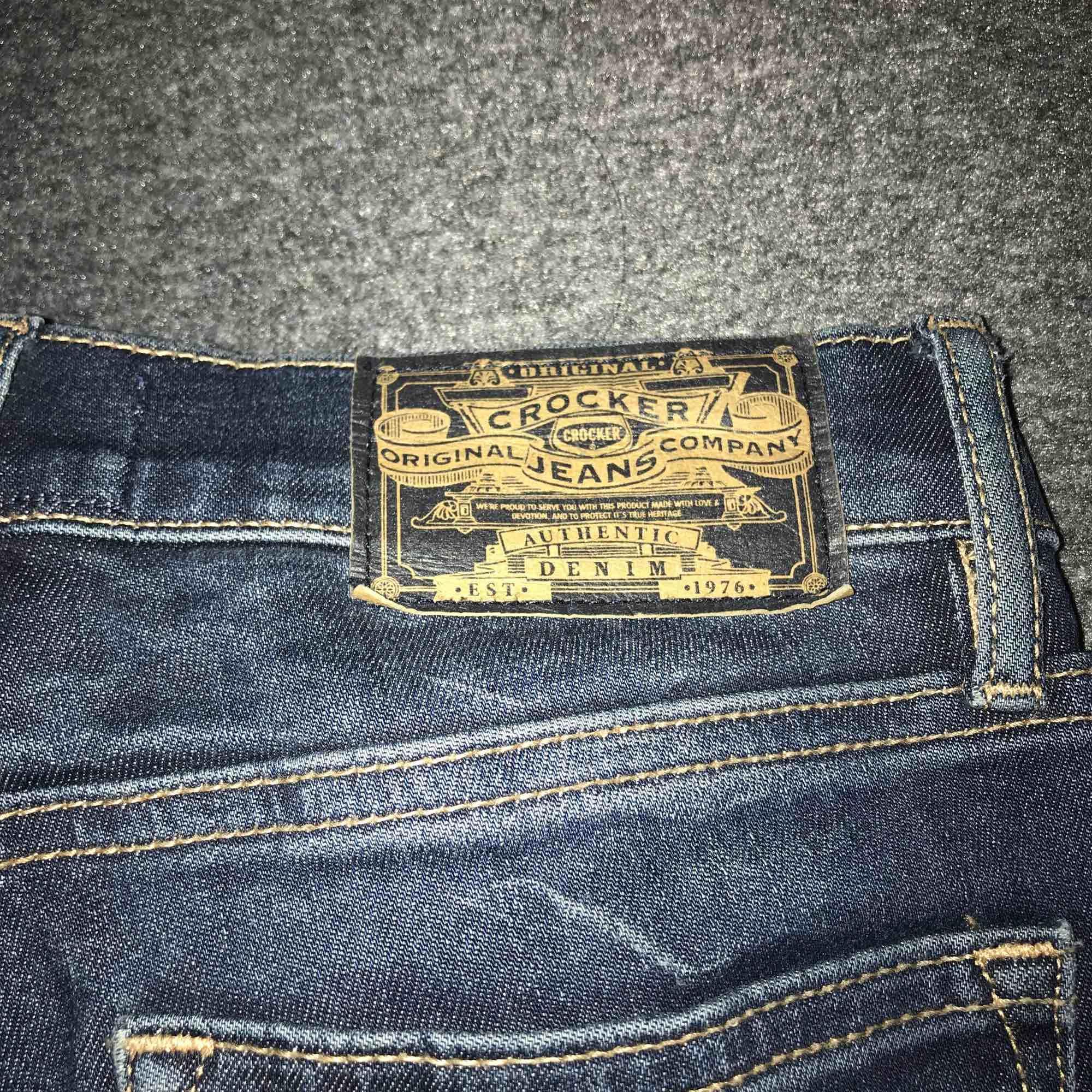 Mörkblåa Crocker jeans, köpta på plick dok för stora annars jätte fina!. Jeans & Byxor.