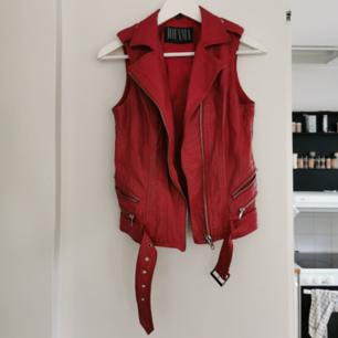 Röd skinnväst från jofama, snyggt sliten, en liten fläck på ryggen (se bild 3) därav det billiga priset. Strl xs, frakt ingår i priset ❤️