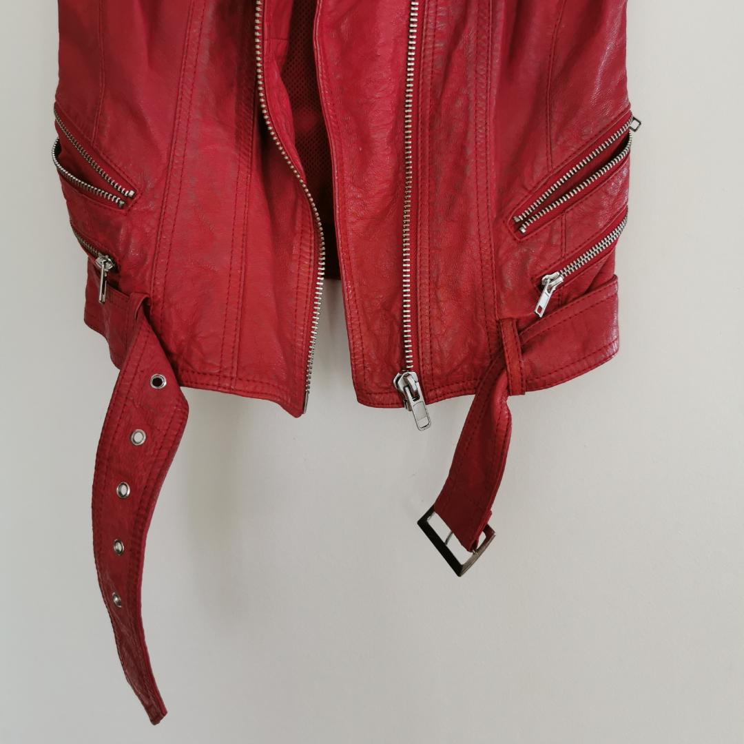 Röd skinnväst från jofama, snyggt sliten, en liten fläck på ryggen (se bild 3) därav det billiga priset. Strl xs, frakt ingår i priset ❤️. Jackor.
