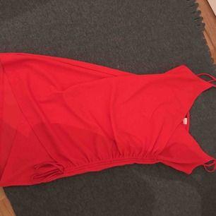 """Jätte fin & söt röd klänning med en """"slits"""" på sidan"""