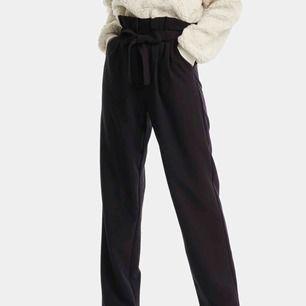 Nya kostymbyxor från bikbok. Passar även S Mina är dock mörkblåa!!
