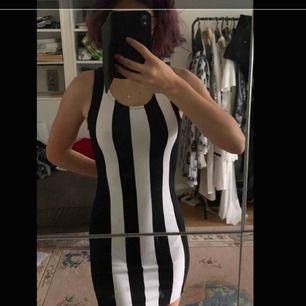 En randig tajt klänning i stretchmaterial. Svarta och vita vertikala ränder. Storlek S, men eftersom att den är strechig kan den säkert passa XS och kanske M också! Köpt second hand men aldrig använd av mig, i nyskick:)
