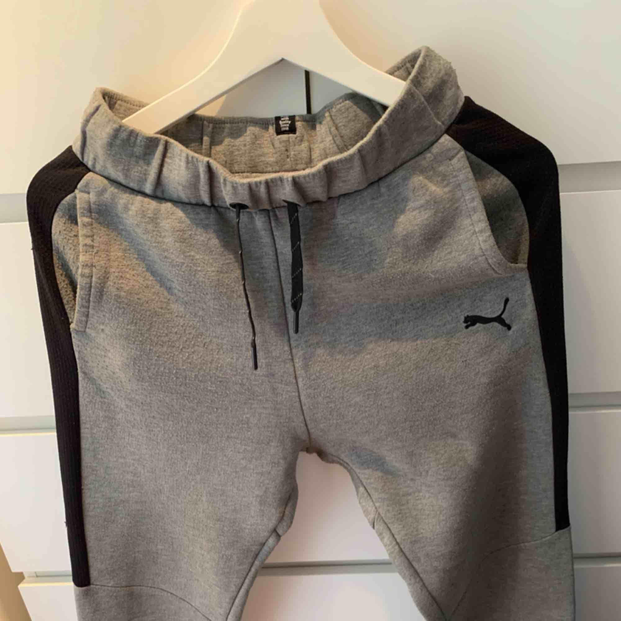 Mjukisbyxor från puma i grått med svarta streck på sidorna. Storlek 164. Dem är använda men ändå i fint skick, inga fläckar eller dylikt. . Jeans & Byxor.