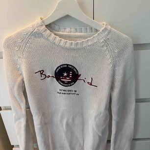 Stickad tröja från bondelid i storlek s och mycket fint skick. Den är inte mycket använd då det inte riktigt var min stil. Annars supersnygg och skön tröja.