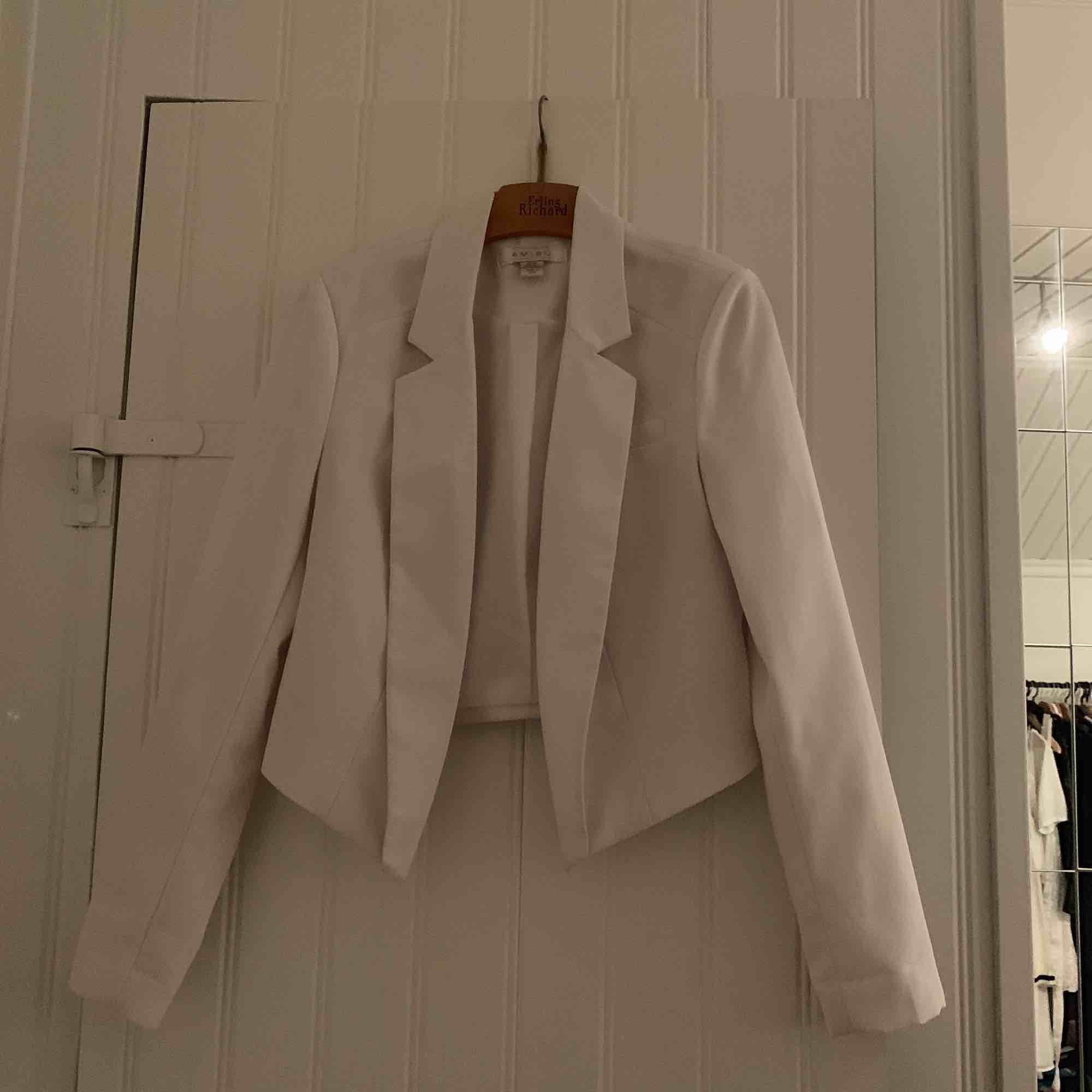 En fin vit kavaj, går jättebra att klä upp men även ha mer casual. Lite vaddering i axlarna, men det syns inte när den är på. Tveka inte att ställa en fråga!:). Kostymer.