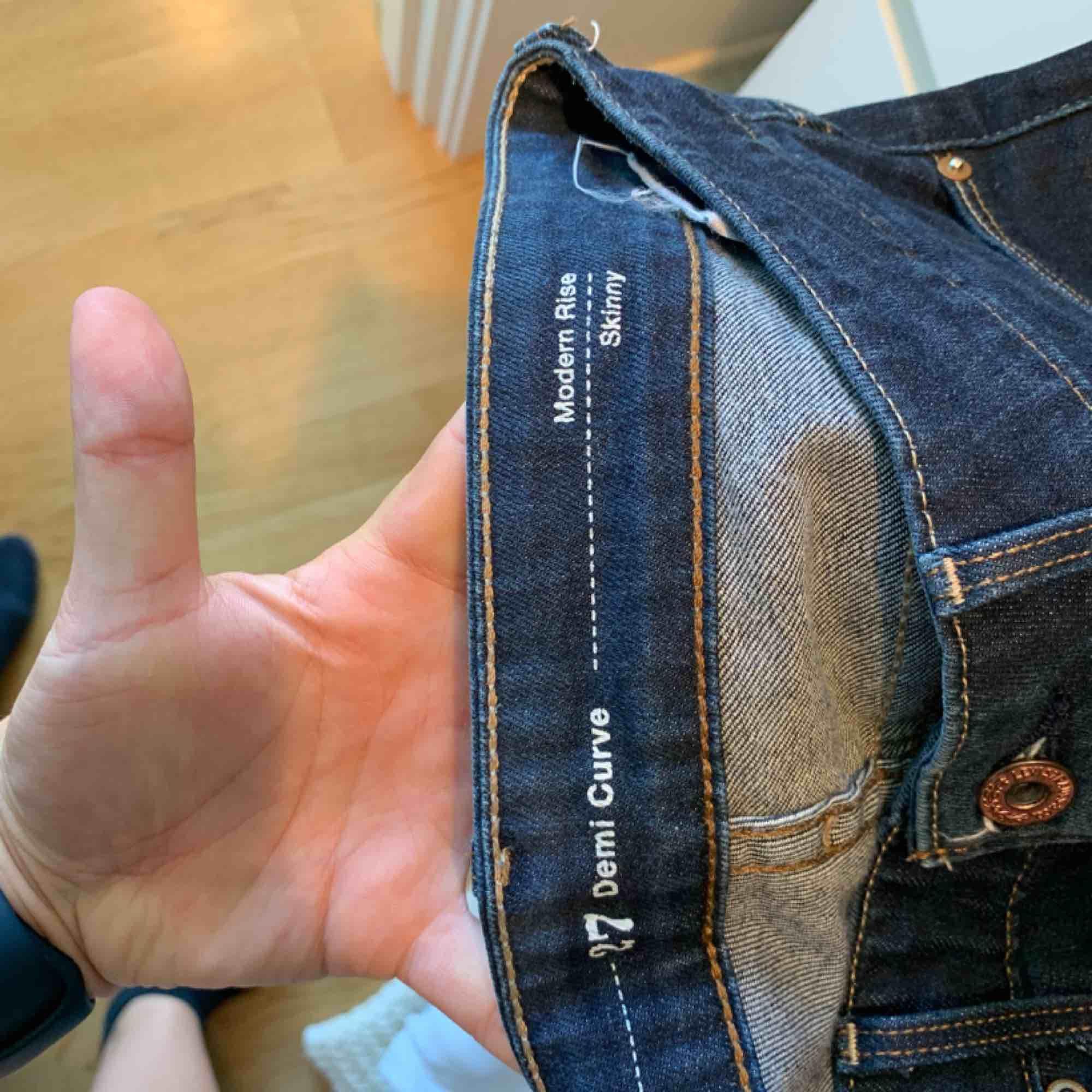 Levis jeans demi curve i storlek 27 i mycket fint skick! Jättefin mörkblå jeansfärg, älskar dessa men dem är tyvärr för små. . Jeans & Byxor.