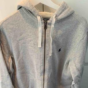 Supersnygg hoodie i grått blå från Ralph lauren i storlek M. Den är i väldigt fint skick och är knappt använd. Säljes då den är lite för stor för mig  Säljer även en i naivt blått i samma storlek, man kan få båda för 300.