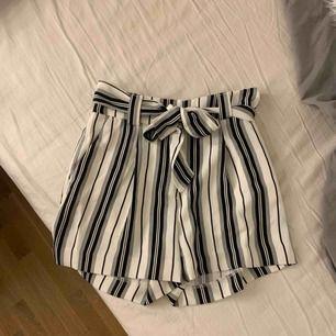 Ett par shorts ifrån H&M som aldrig använts. Väldigt stilrena men hoppas de kan komma till bättre användning. Bjuder på frakten på dessa shorts!