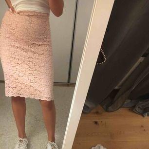 """Rosa kjol med detaljer i """"spets""""  Superfin"""