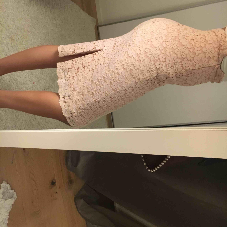 """Rosa kjol med detaljer i """"spets""""  Superfin . Kjolar."""