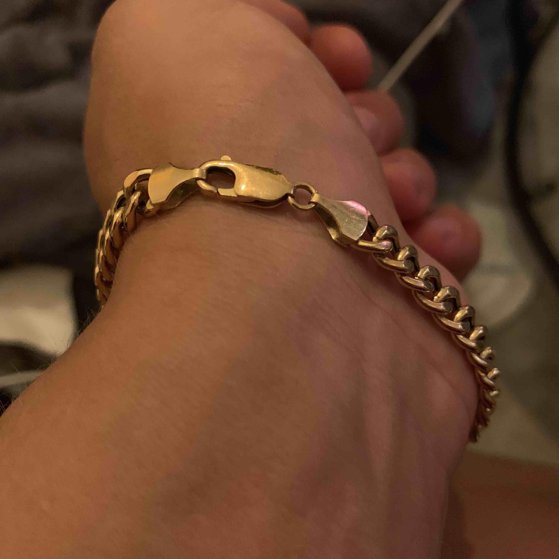 21 cm lång guldlänk, ny pris 7998kr. Bara guldets värdet (i grampris) är värt 3500-3850 så inga skambud under det, då kan jag gå o sälja den hos en guldsmed.. Accessoarer.