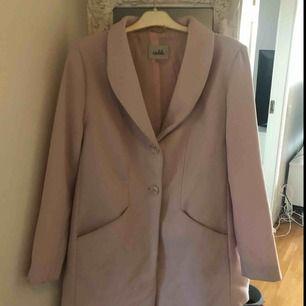 Rosa kappa, i storlek 44, ca 1 år gammal, knappt använd, nypris var ca 800 så säljer nu för 300 då ja knappt använder den, den är tunn så passar till vår och sommar