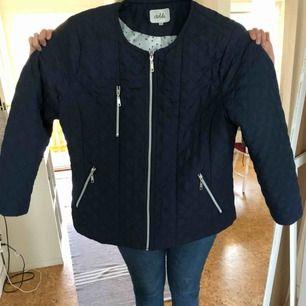 Vår/höst jacka i kort modell, färg mörkblå, storlek 46, är ca 6 månader gammal, är använd typ 5 gånger, nypris ca 700kr säljes för 400kr då den är typ helt ny, sitter jättefint, kan mötas upp vid köp