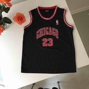 NBA chicago bulls linne! Aldrig använt så i nyskick. Står storlek XL för barn, skulle säga att det motsvarar storlek S-M för dam. Så fin, även snyggt med vit t-shirt under! 🏀