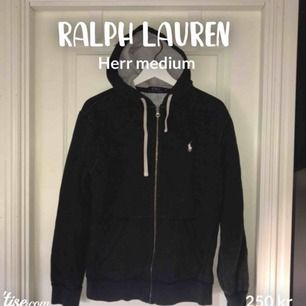 Zip up hoodie från polo Ralph lauren. Har snören, ficka och dragkedja. Medium i herrmodell. Enda skavanken är ett litet hål mellan loggan och fickan som knappt syns (sista bilden) 250kr+ frakt (90kr)