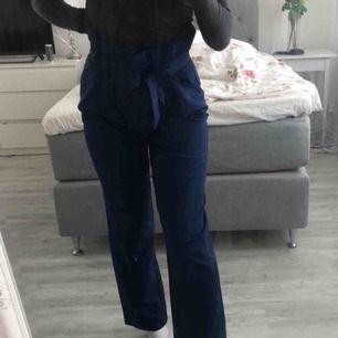 Kostymbyxor från bikbok, aldrig använda. Passar mig som har S. 110 inkl frakt:)