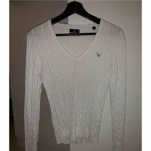 En fin vit Kabel stickad tröja.  Märke: Gant Storlek S