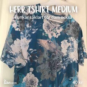 Blå mönstrad tshirt från jack and Jones. Vita blommor. Medium. Herr men funkar lika bra för dam. 40kr+ 27kr i frakt.