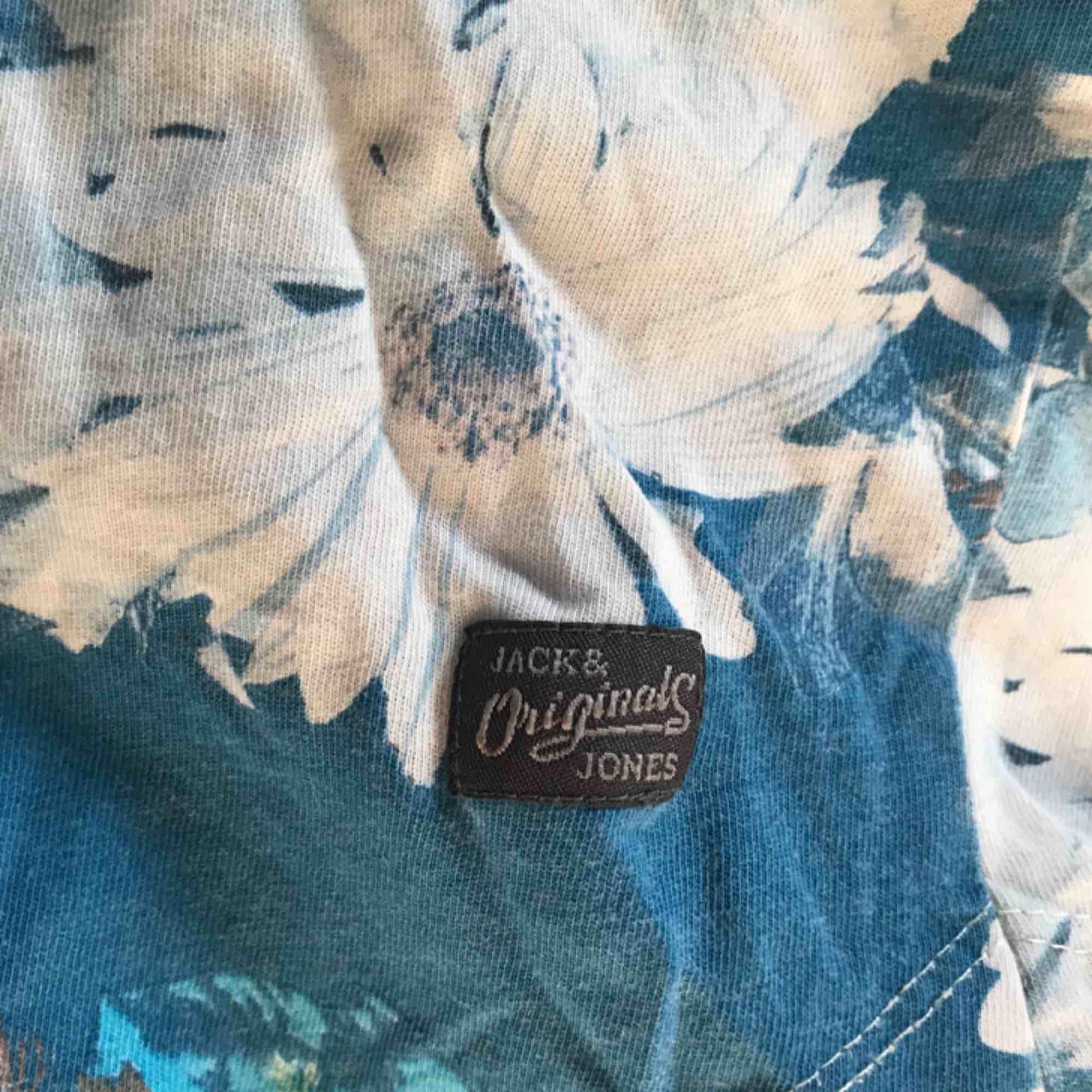 Blå mönstrad tshirt från jack and Jones. Vita blommor. Medium. Herr men funkar lika bra för dam. 40kr+ 27kr i frakt.. T-shirts.