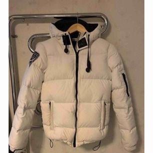 Snygg och härlig dunjacka från D.BRAND. Jackan passar till alla tillfällen, är varm och skön och har en snygg design Nypris:1999kr