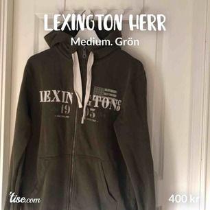 """Zip up hoodie från lexington. Nypris 1400kr. Mörkgrön/olivgrön färg med vita detaljer. Dragkedja, snören, huva och ficka. Bra skick! Herr medium. Modellen heter """"Michael hood"""". 400kr+frakt (cirka 72kr)"""