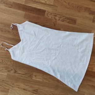 Nyskick nattlinne i silke Använd bara en gång, kolla på sista bilden hur mycket är den genomskinlig Möts upp i Lund vid centralstationen Annars frakt tillkommer 18kr 🌸