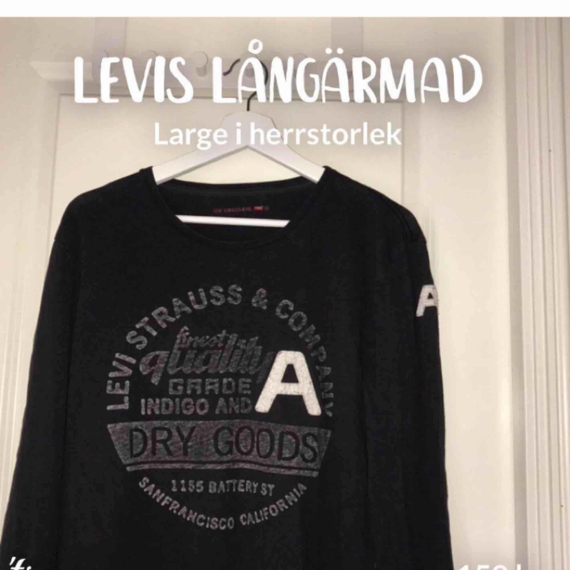 Svart tunn långärmad tröja från Levis. Storlek large. Vita och gråa detaljer fram. Herr men funkar lika bra för dam! Bra skick. 150kr+frakt (36kr) . Toppar.