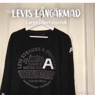 Svart tunn långärmad tröja från Levis. Storlek large. Vita och gråa detaljer fram. Herr men funkar lika bra för dam! Bra skick. 150kr+frakt (36kr)