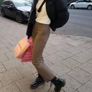 Ett par bruna lätt rutiga kostymbyxor 😊 Tyvärr för små för mig. (Är 174 cm lång och brukar ha 36 i byxor). Fint skick! Frakten är inkluderad i priset :)