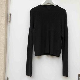 Finstickad tröja från HM trend i storlek XS med långa ärmar och hög hals. Dock en stor XS då jag vanligtvis har M i tröjor pga. gillar lite oversized. Jättefint skick.