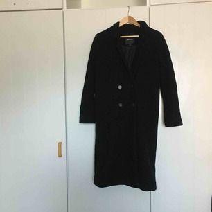 Fetcool svart kappa i ull från Monki i stl M! Använd men inte sliten👌🏼