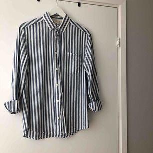 Randig skjorta från herravdelningen, LOGG, på HM. I storlek S. 100% bomull!