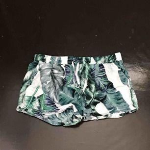 Tunna shorts med bladmönster. Står strl. M i plagget med jag skulle säga att dom är XS!! Frakt tillkommer
