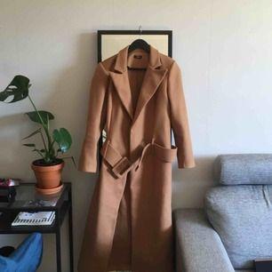 INTRESSEKOLL! Kappa från Boohoo, blev kär i färgen och det stora bältet men den är tyvärr för liten för mig. Passar S/36 (liten 38) eller mindre om du vill ha den större över axlarna. Perfekt kappa nu till hösten. Möts helst upp i Sthlm!✨